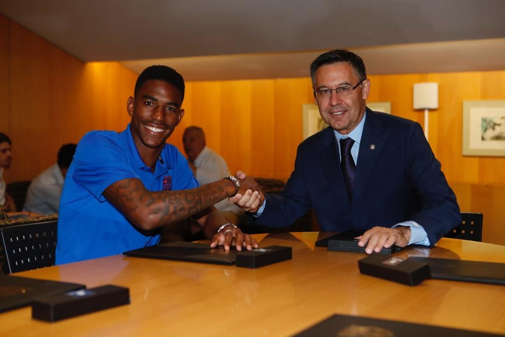 Barcelona fortalece zona defensiva con Junior Firpo