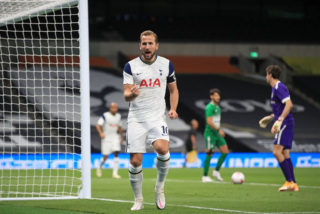 Tottenham aplasta y califica a la Europa League