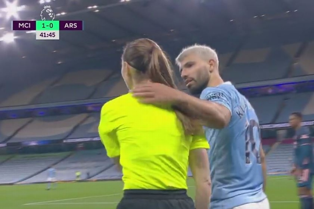 'Kun' Agüero jaló a una asistente arbitral (VIDEO)
