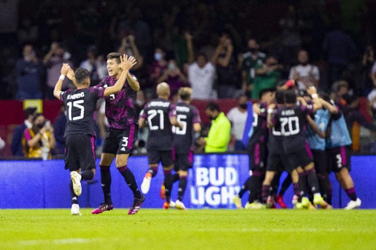 México le pasa por encima a Honduras y regresa al liderato