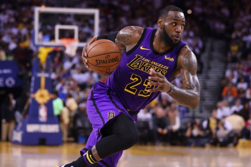 NBA: Lakers vencen a Warriors, LeBron se lesiona