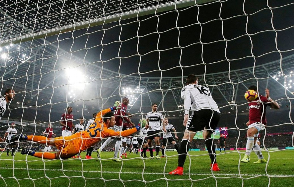 Con polémica incluida, 'Chicharito' anotó su gol 50 en la Premier League (VIDEO)