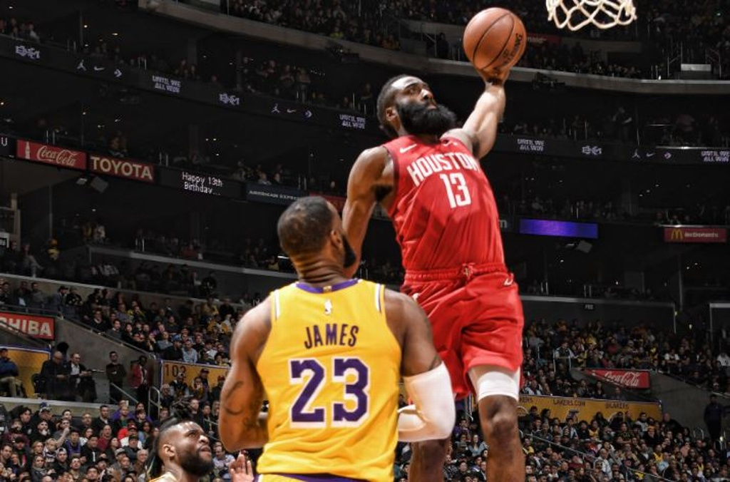 NBA multa a James Harden por criticar a árbitro