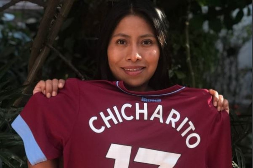 Yalitza Aparicio presume la playera del 'Chicharito' y West Ham