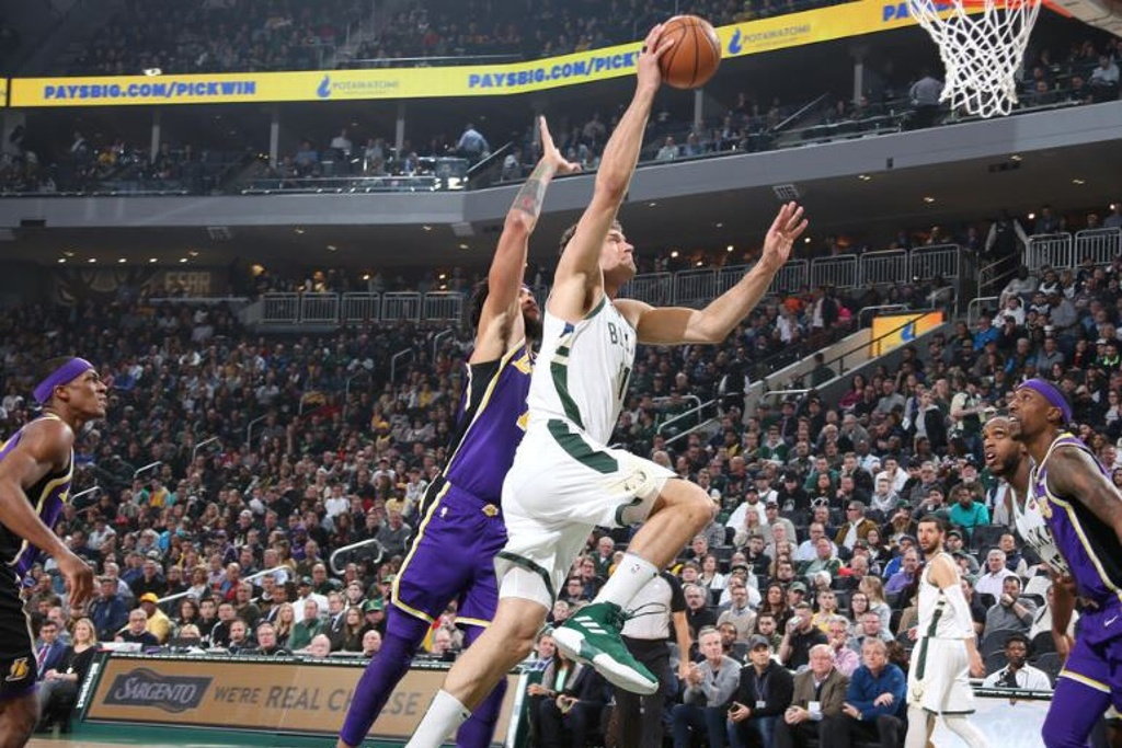 NBA: Lakers vuelven a perder con los Bucks