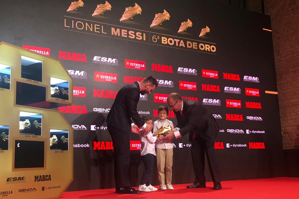 Hijos de Messi le entregan su sexta bota de oro (VIDEO)