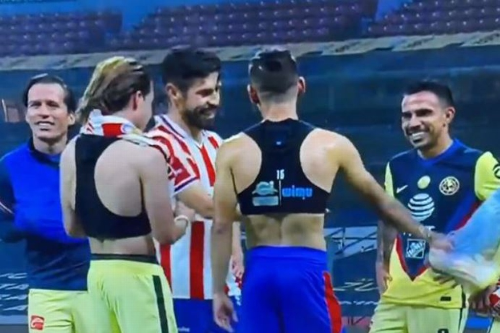 ¡A las risas! Jugadores de Chivas intercambian playera con América (VIDEO)