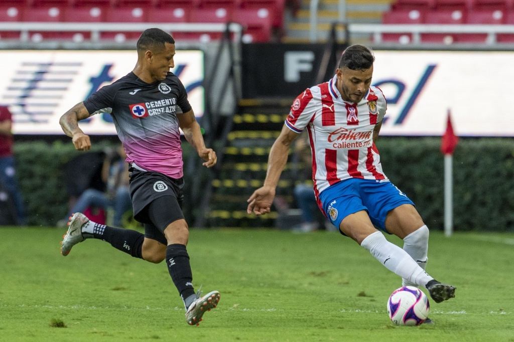 Chivas pide inhabilitar a jugador de Cruz Azul (VIDEO)