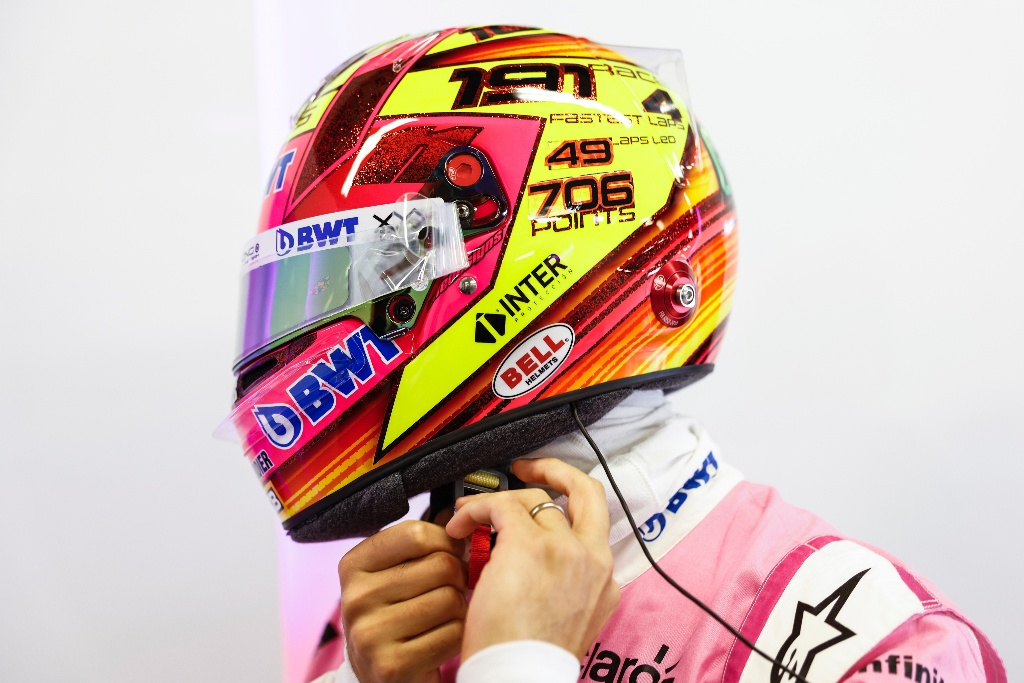 Presume 'Checo' Pérez casco conmemorativo (FOTOS)