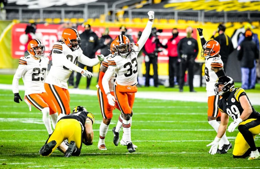 NFL: Browns exhibe a Steelers y avanza en la postemporada