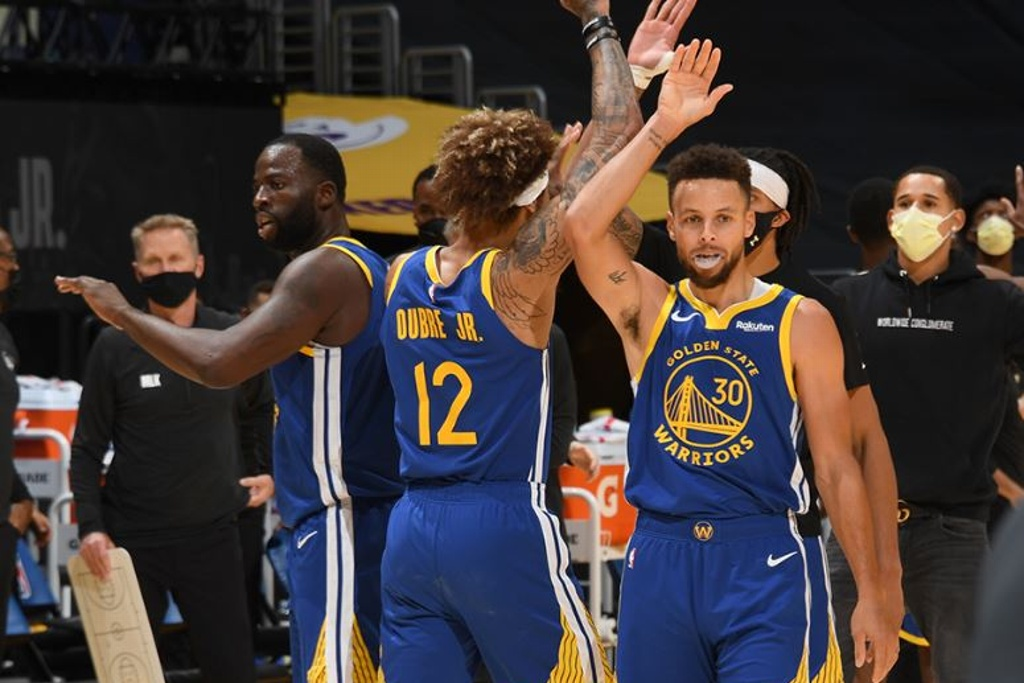 NBA: Curry y los Warriors doblaron a los Lakers