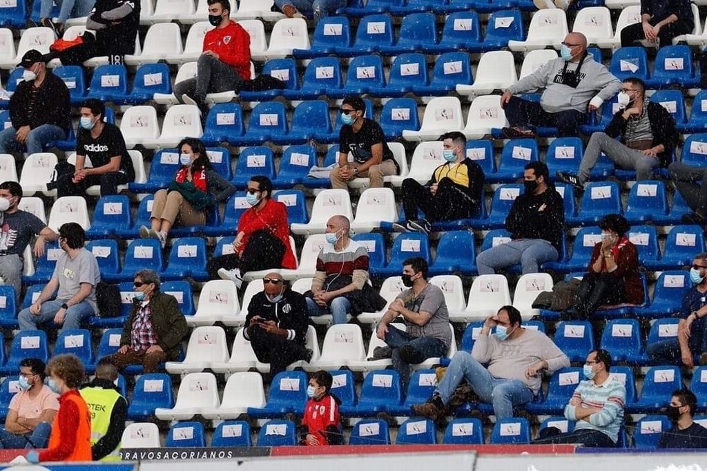 Aficionados regresan a un estadio en Portugal