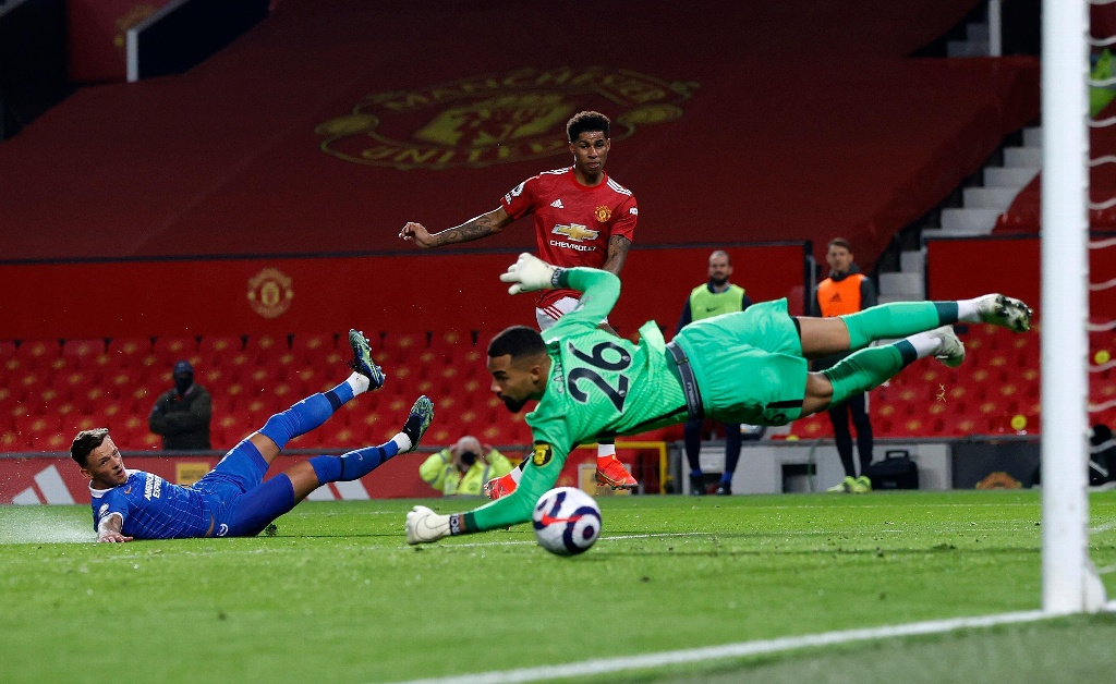 Manchester United remonta y logra triunfo