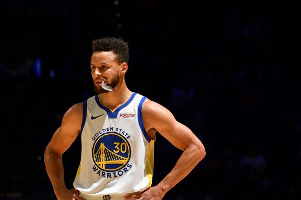 NBA: Curry imparable y los Sixers ganan