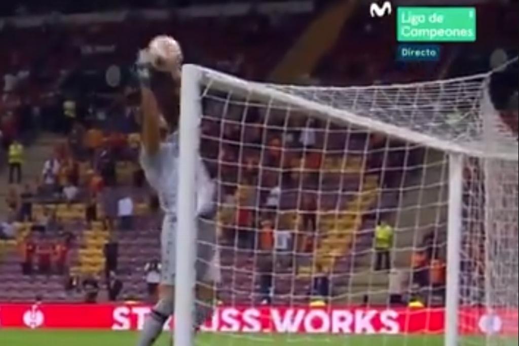 Increíble autogol del portero en la Europa League (VIDEO)